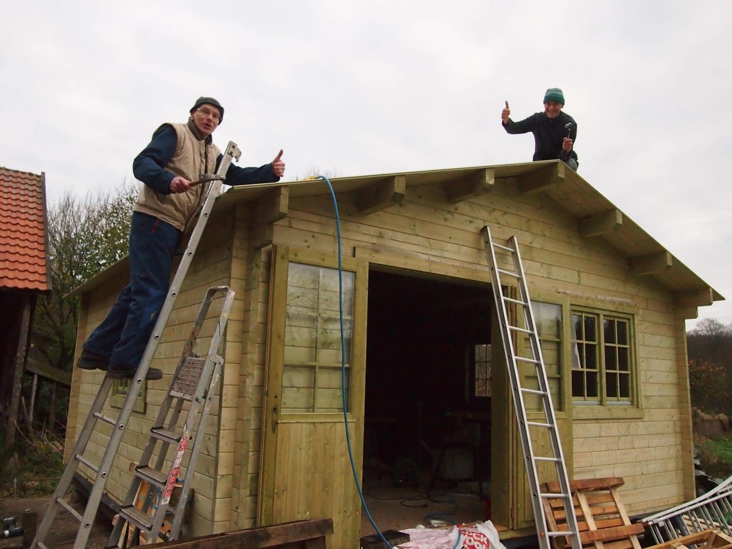 Home Renkum 2015-12-03: Building the garden house: The first layer of the roof is mounted with a great helping hand of Jos Beeren.