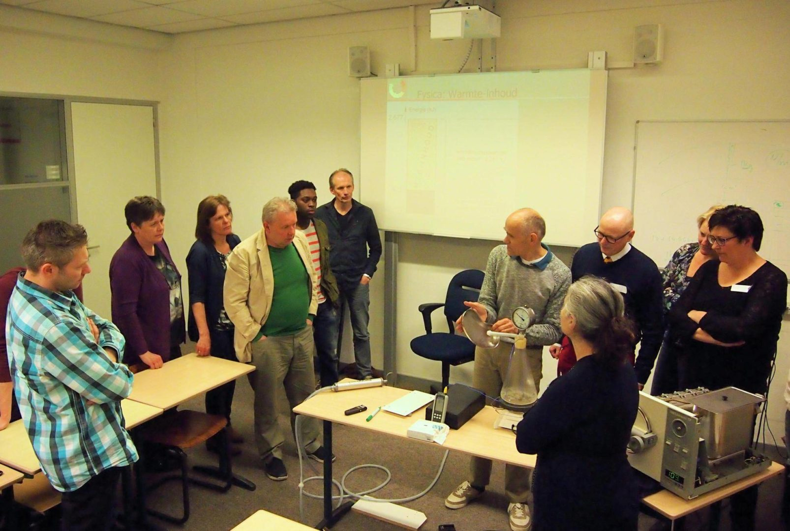NL-Eindhoven Summa College 20160405 SteriAk: Refresher training of CSSD staff: explaining the physics of steam. The candidates did a pilot e-leaning course. At the end of the theoretical part they came for a closing practical evening to Eindhoven.
