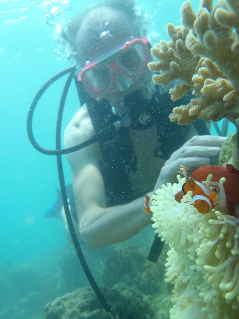 PJ-Davao Samal 20100814 Paradise Island dive Jan with Sea Anemone and fish