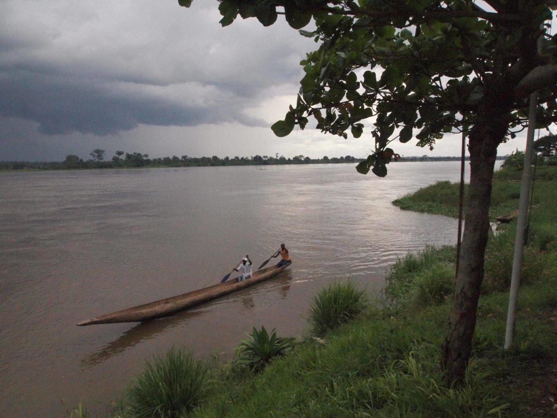 RCA-Bangui Plage 20091108 Bateau Sur Fleuve